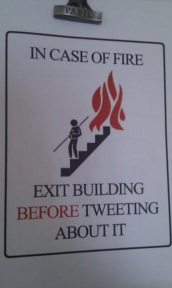 В случае пожара, выйдите из здания до того, как написать об этом в Твиттере